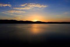 Grandes vues de lac et de coucher du soleil Image libre de droits