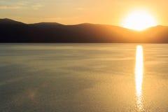 Grandes vues de lac et de coucher du soleil Photographie stock libre de droits