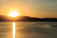 Grandes vues de lac et de coucher du soleil Photographie stock