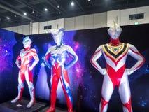 Grandeur nature d'Ultraman Ginga, de Gaïa et de modèle zéro est une série télévisée japonaise produite par des productions de Tsu photographie stock libre de droits