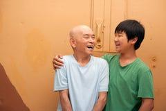 Grandfahter en kleinzoon Stock Fotografie