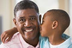 grandfather обнимать внука Стоковая Фотография