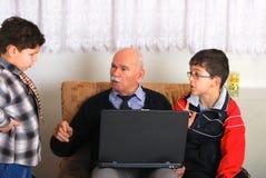Grandgather e nipoti Fotografie Stock Libere da Diritti