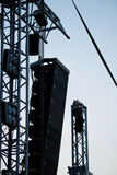 Grandi altoparlanti e riflettori della fase dal festival elettronico di concerto rock Immagine Stock