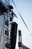 Grandi altoparlanti e riflettori della fase dal festival elettronico di concerto rock Immagini Stock Libere da Diritti