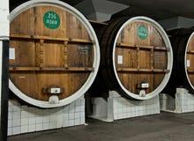 Grandi barilotti di legno con vino in cantina nella cantina di Massandra, Jalta, Crimea Fotografia Stock Libera da Diritti