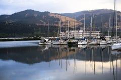 Grandi battello da diporto e yacht e piccole barche nella baia del fiume Columbia a Hood River immagini stock