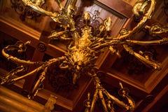 Grandi bei candelieri, colore dell'oro, alti bei candelieri che pendono dal soffitto Decorazione dell'ornamento Immagine Stock