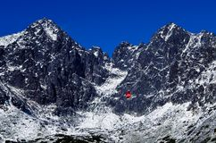 Grandi belle belle montagne nella neve immagine stock
