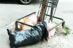 Grandi bidoni della spazzatura del bidone della spazzatura del metallo in pieno della lettiera di straripamento che inquina la vi Immagini Stock