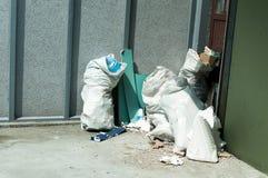 Grandi bidoni della spazzatura del bidone della spazzatura del metallo in pieno della lettiera di straripamento che inquina la vi Fotografia Stock Libera da Diritti
