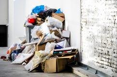 Grandi bidoni della spazzatura del bidone della spazzatura del metallo in pieno della lettiera di straripamento che inquina la vi Fotografia Stock