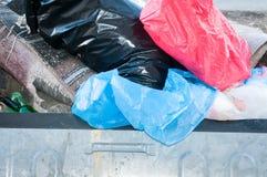 Grandi bidoni della spazzatura del bidone della spazzatura del metallo in pieno della lettiera di straripamento che inquina la vi Immagine Stock Libera da Diritti