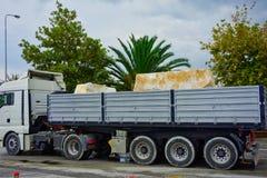 Grandi blocchi di marmo sul camion, isola greca di Thassos, Grecia fotografia stock libera da diritti