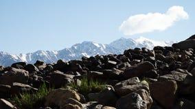 Grandi blocchi di pietra davanti alle montagne nevose archivi video