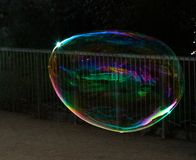 Grandi bolle di sapone colorate nel parco immagine stock