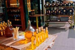 Grandi bottiglie di aceto nel piccolo negozio del mercato Fotografia Stock Libera da Diritti