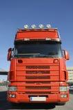 Grandi camion e cielo blu rossi Fotografia Stock Libera da Diritti