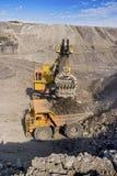 Grandi carrello di miniera ed escavatore Immagini Stock