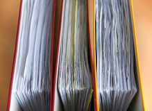 Grandi cartelle di colore per i documenti sulla tavola nell'ufficio, primo piano, spazio della copia fotografia stock