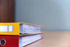 Grandi cartelle di colore per i documenti sulla tavola nell'ufficio, primo piano, spazio della copia fotografie stock libere da diritti