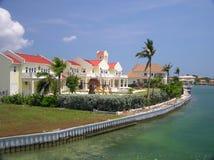 Grandi case lungo acqua sul grande caimano 2 Fotografie Stock