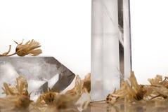 Grandi chiari grandi cristalli reali trasparenti puri del taglio del quarzo brillante del diamante sulla fine bianca isolata del  Immagini Stock