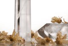 Grandi chiari grandi cristalli reali trasparenti puri del taglio del quarzo brillante del diamante sulla fine bianca isolata del  Fotografia Stock