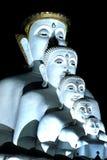 Grandi cinque all'aperto affrontano la statua di Buddha sulla montagna di Khao Kho a Wa Fotografia Stock