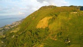Grandi colline coperte di piante verdi fertili, destinazione perfetta di ecoturismo archivi video