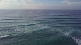 Grandi colpo, onde e vento alti aerei della barca di mare immagine stock