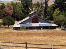 Grandi comitati solari su edificio pubblico Immagini Stock Libere da Diritti