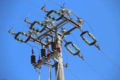 grandi commutatori di una linea elettrica ad alta tensione con il palo concreto Fotografia Stock Libera da Diritti
