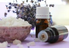 Grandi cristalli di sale marino e dei barattoli degli oli essenziali Trattamenti della stazione termale e di aromaterapia, bagnan immagini stock