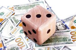 Grandi dadi di legno che si siedono sopra i dollari americani sparsi Concetto che gioca sul vostri risparmio ed investimenti futu Fotografie Stock