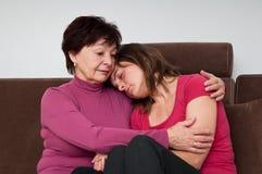 Grandi difficoltà - la madre maggiore conforta la figlia Fotografie Stock Libere da Diritti