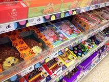 Grandi dolci decorati in un deposito Fotografie Stock