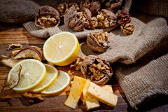 Grandi e piccole, intere e noci tagliate con il limone ed il formaggio immagini stock