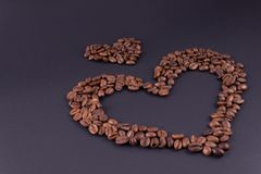 Grandi e piccoli cuori da caffè nel giusto angolo più basso su un fondo scuro fotografia stock libera da diritti