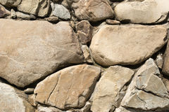 Grandi e pietre marroni su una parete Fotografie Stock Libere da Diritti
