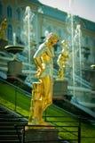 Grandi fontane della cascata al palazzo di Peterhof Immagini Stock Libere da Diritti