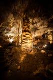 Grandi formazioni della colonna dello Stalagmite nella caverna Fotografia Stock