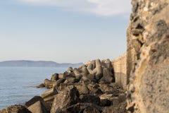 Grandi frangiflutti sull'esterno di un mare di calma di visualizzazione del babordo fotografie stock