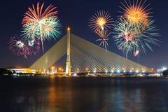Grandi fuochi d'artificio al ponte sospeso di Rama VIII con illuminazione fotografie stock libere da diritti
