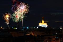 Grandi fuochi d'artificio al tempio del punto di riferimento pubblico del supporto dorato fotografie stock