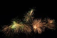 Grandi fuochi d'artificio alla notte scura Fotografia Stock Libera da Diritti