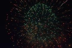 Grandi fuochi d'artificio alla notte scura Fotografia Stock