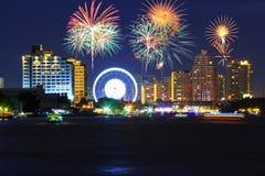 Grandi fuochi d'artificio alla ruota panoramica al parco di divertimenti fotografie stock
