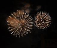 Grandi fuochi d'artificio luminosi in cielo fotografie stock libere da diritti