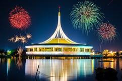 Grandi fuochi d'artificio sopra il monumento al parco pubblico Suanluang Rama 9, Tailandia immagini stock